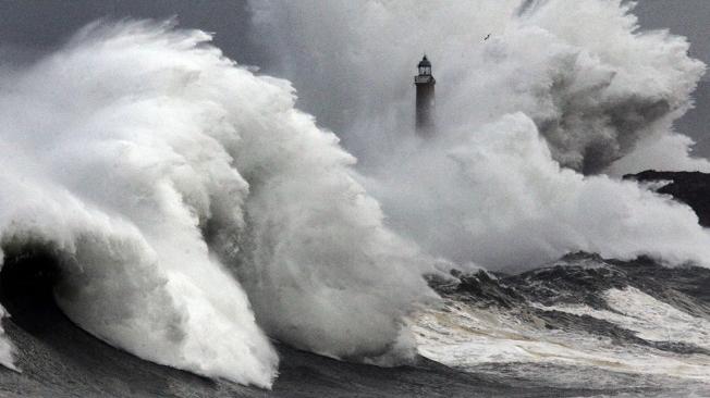 GRA214. SANTANDER, 24/02/2015.- Una ola rompe cerca de la bocana del puerto de Santander, en medio de un fuerte temporal marítimo que mantiene a esta comunidad autónoma en alerta roja por fenomenos costeros adversos. El viento que ha soplado con fuerza esta madrugada en Cantabria ha alcanzado una racha máxima de 96 kilómetros por hora en Santander. EFE/Esteban Cobo